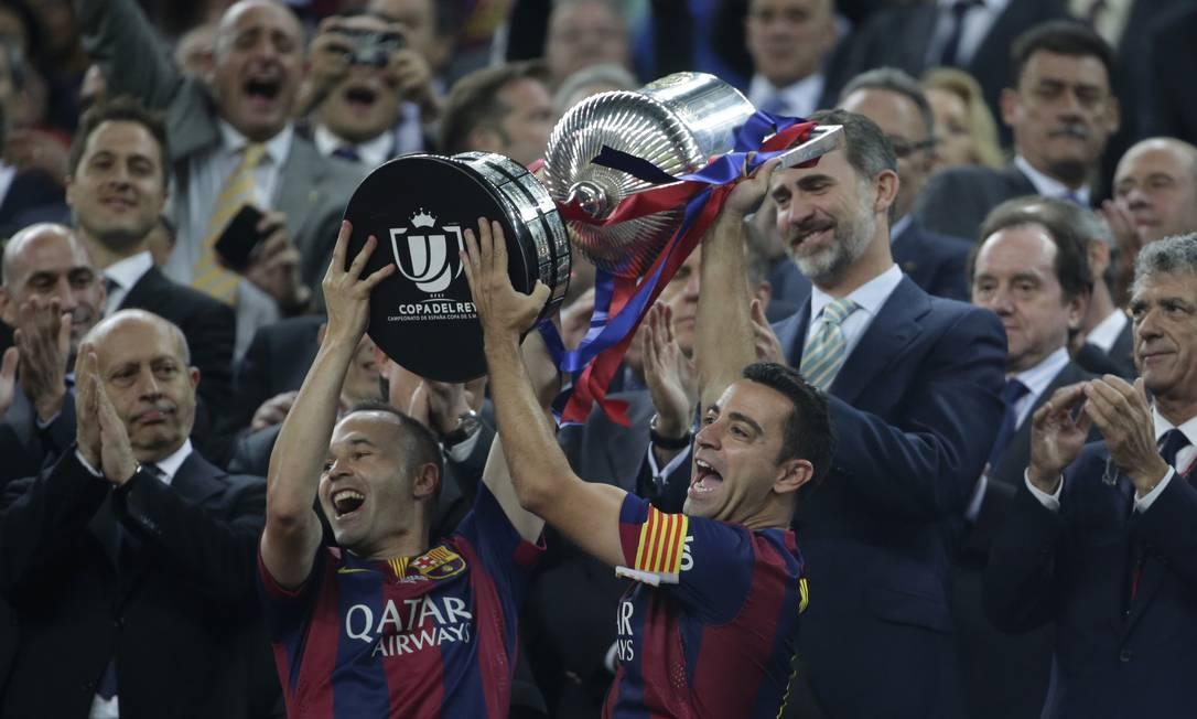 Iniesta e Xavi erguem o troféu no Camp Nou Emilio Morenatti / AP