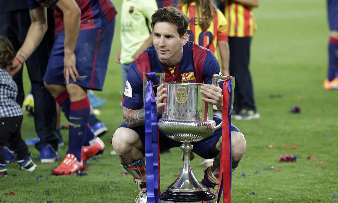 Autor de um golaço, Messi posa com o troféu Manu Fernandez / AP