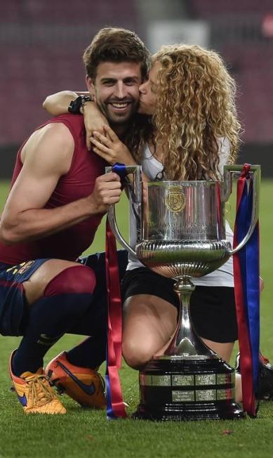 Tirou onda: o zagueiro Piqué ganha um beijo da mulher, a cantora colombiana Shakira JOSEP LAGO / AFP