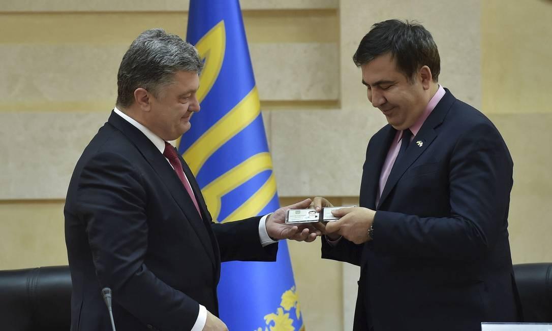 Presidente ucraniano, Petro Poroshenko (esquerda), entrega carteira de identidade ao ex-presidente georgiano Mikheil Saakashvili, durante sua apresentação como governador da região ucraniana de Odessa. Medida deve gerar polêmica em Moscou Foto: HANDOUT / REUTERS