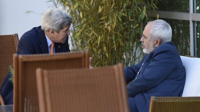 Ministro iraniano Mohammed Javad Zarif (direita) com secretário americano de Estado, John Kerry, em Genebra. Com prazo final se aproximando, inspeções de instalações iranianas ainda são empecilho para acordo sobre o programa nuclear do Irã Foto: Susan Walsh / AP