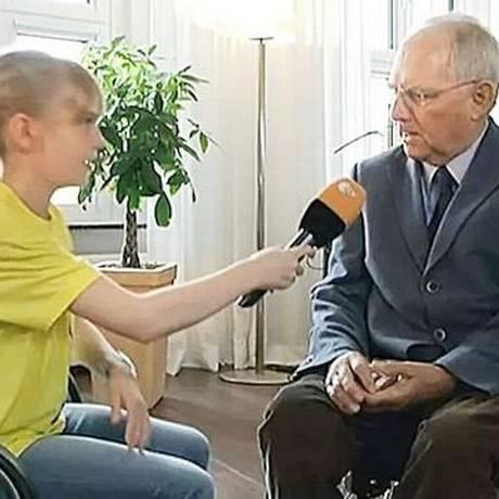 Minsitro das Finanças alemão, Wolfgang Schaeuble, concede entrevista a repórter mirim Foto: Reprodução TV