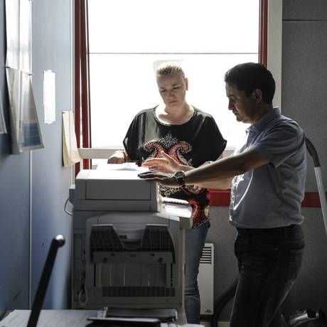 Sabine de Buyzer, que perdeu seu emprego como secretária há dois anos, trabalha na Candelia para melhorar sua formação Foto: CAPUCINE GRANIER DEFERRE / NYT
