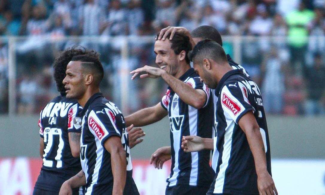 Thiago Ribeiro, ao centro, é abraçado após abrir o placar BRUNO CANTINI / Atlético-MG