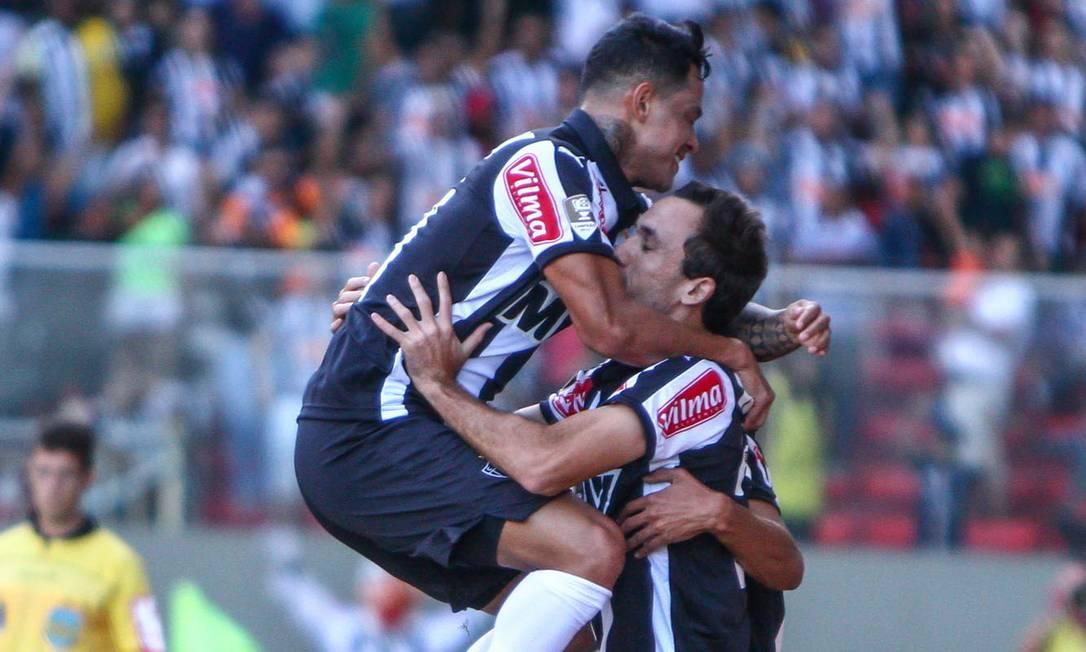 Thiago Ribeiro é abraçado depois de abrir o placar no Independência BRUNO CANTINI / Atlético-MG