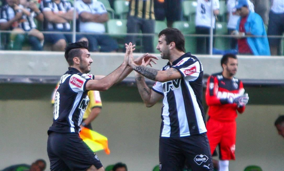 Dátolo comemora com Lucas Pratto o segundo gol atleticano BRUNO CANTINI / BRUNO CANTINI