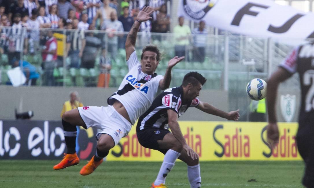 Estreante Diguinho disputa a bola com Dátolo, do Atlético-MG Divulgação / Vasco