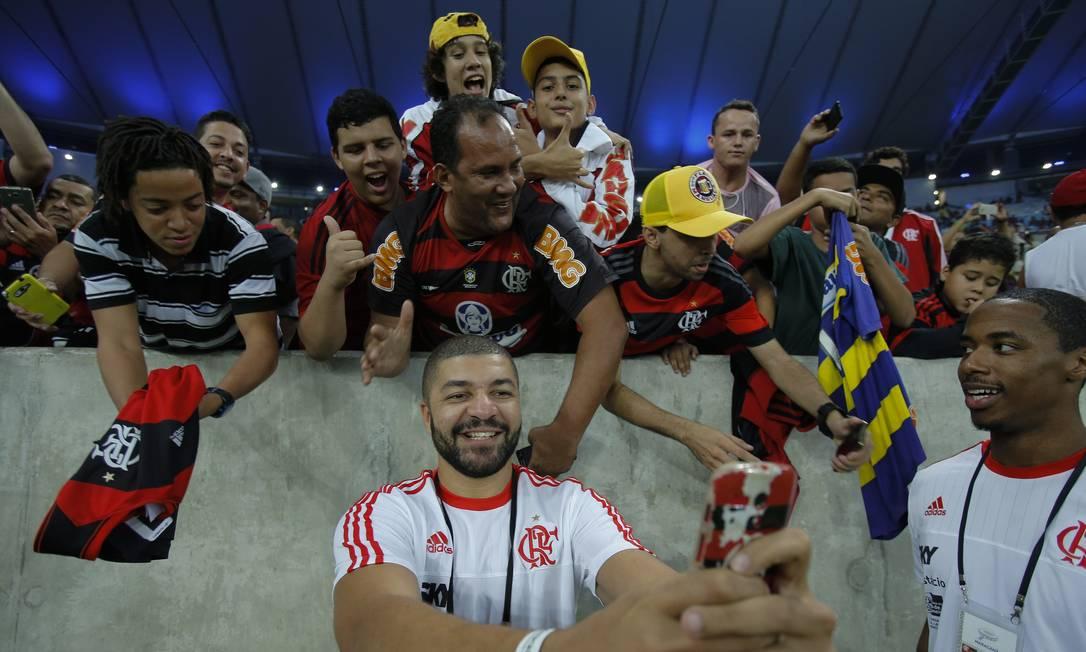 Olivinha faz selfie com torcedores rubro-negros Alexandre Cassiano / Agência O Globo
