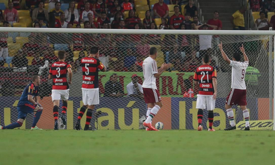 Fred ergue os braços e comemora o gol que abriu o placar Márcio Alves / Agência O Globo