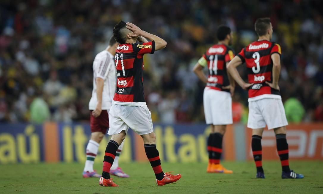 Pará leva as mãos ao rosto após marcar o gol contra, o segundo do Flu Alexandre Cassiano / Agência O Globo