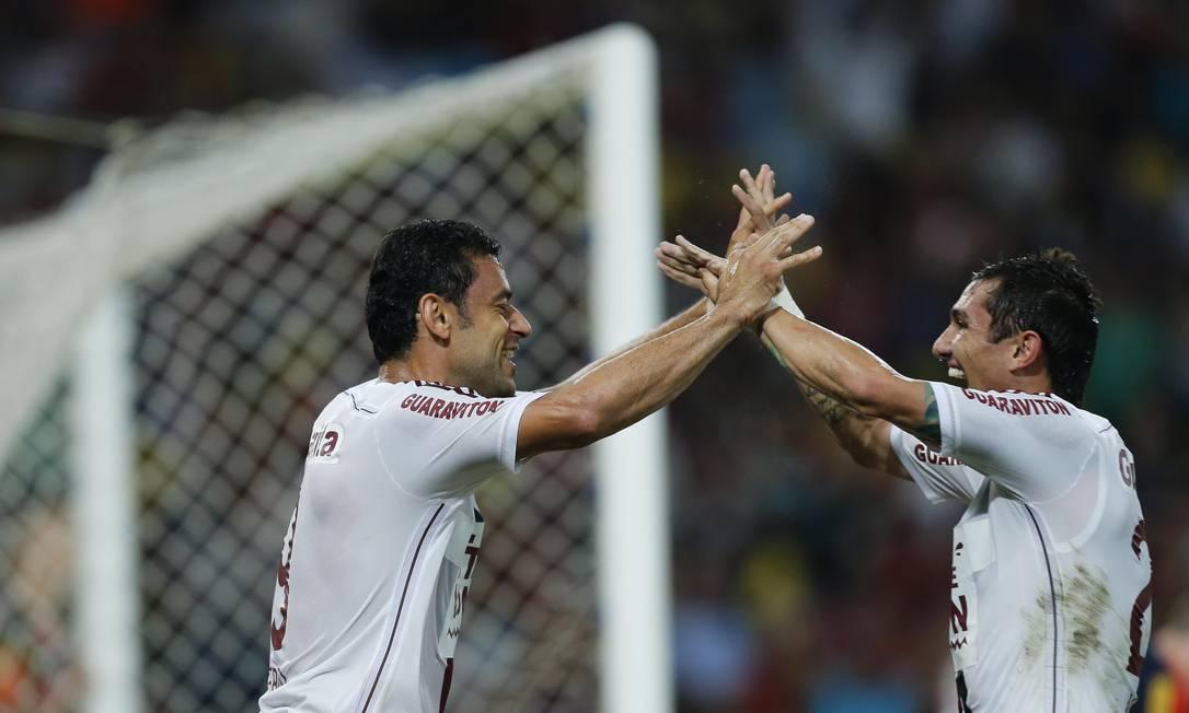 Fred e Vinícius comemoram o segundo gol tricolor Alexandre Cassiano / Agência O Globo