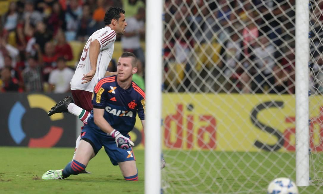 Depois de marcar o terceiro do Flu, Fred sai para comemorar Márcio Alves / Agência O Globo