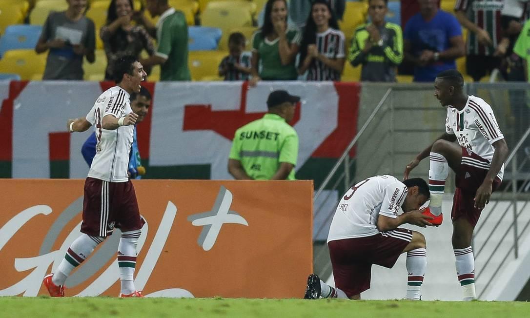 Fred beija a chuteira de Gérson após marcar o terceiro do Flu Alexandre Cassiano / Agência O Globo