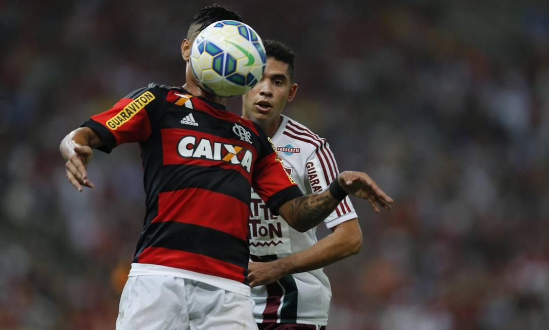 Everton domina a bola no Maracanã Alexandre Cassiano / Agência O Globo
