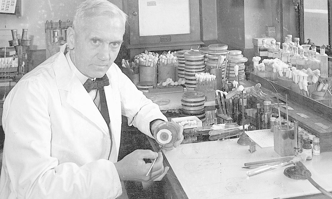 Bendito acaso levou o biólogo escocês Alexander Fleming à descoberta do medicamento Foto: Terceiro / Agência O Globo