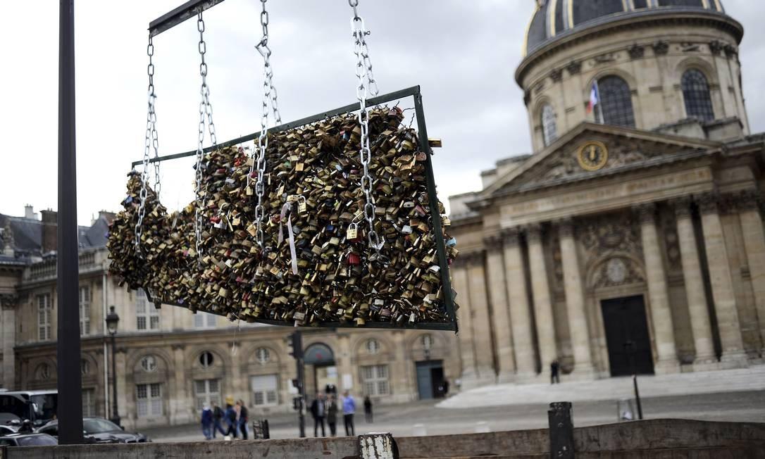 A grade com cadeados é removida da Pont des Arts, em paris: o fim de um caso de amor Foto: STEPHANE DE SAKUTIN / AFP