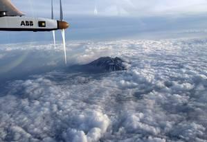 Clique feito pelo piloto Andre Borschberg mostra o avião Solar Impulse 2 sobrevoando a Montanha Nagano, rumo a Nagoya, no Japão Foto: AFP