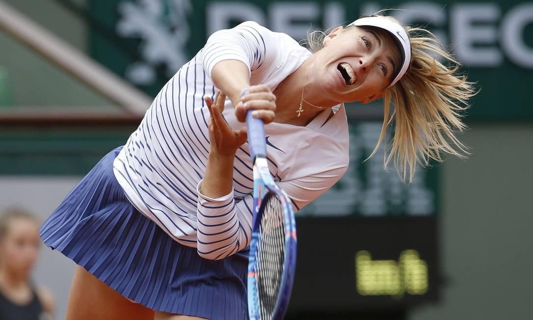 Maria Sharapova, da Rússia, enfrenta Lucie Safarova, da República Checa, durante a quarta rodada do Aberto de Tênis de Paris KENZO TRIBOUILLARD / AFP