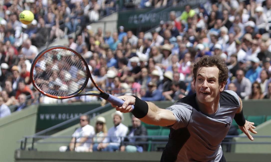 O britânico Andy Murray enfrenta Jeremy Chardy, da França, no estádio de Roland Garros, em Paris Thibault Camus / AP