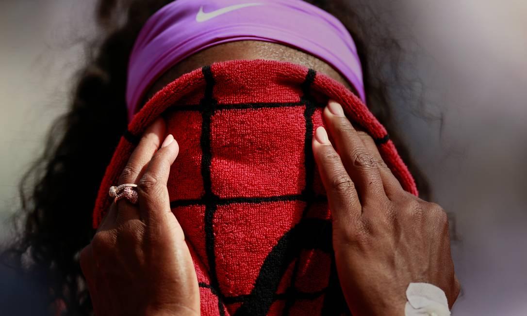 A tenista americana Serena Willians, exuga o rosto após vencer a compatriota Sloane Stephens Jason Cairnduff / REUTERS