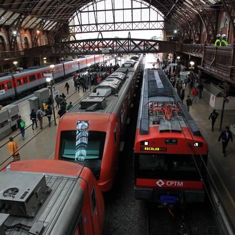 Trens da CPTM na Estação da Luz, em São Paulo Foto: Marcos Alves / Agência O Globo 01/06/2015