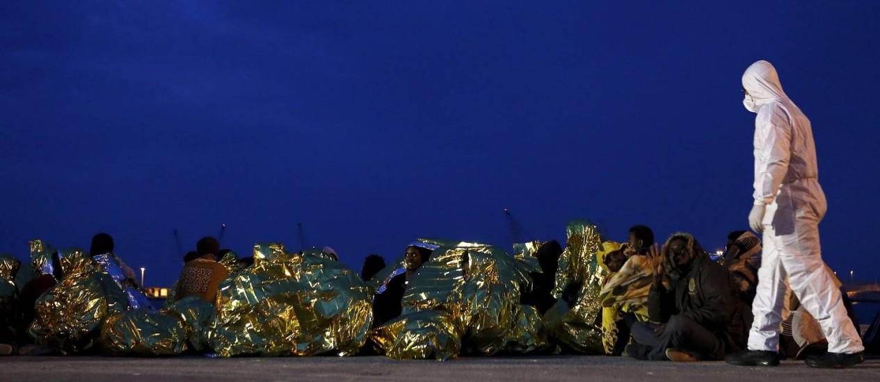 Guarda-costeira recebe imigrantes e os pro0tege do frio na chega à Sicília Foto: ANTONIO PARRINELLO / REUTERS