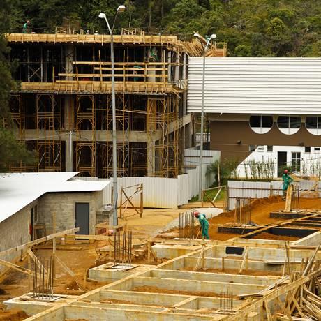 Obras do prédio de três andares que irá comportar atividades de luta (ao fundo) e o ginásio poliesportivo Foto: Guilherme Leporace / Agência O Globo