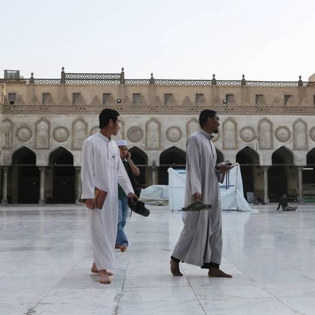 Estudantes asiáticos muçulmanos caminham pela mesquida de Al-Azhar, no Cairo Foto: Asmaa Waguih / Reuters