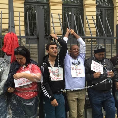 Professores em greve se acorrentam nas grades da Secretaria estadual de Educação de SP Foto: Paulo Pinto / Fotos Públicas