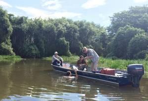 Pesquisa. Biólogo mergulha nas águas do Pantanal para pesquisar efeitos dos agapés e da poluição no leito do rio (foto maior) Foto: Mariana Sanches