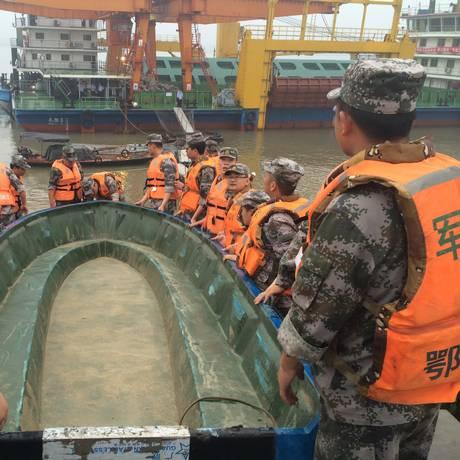 Resgatistas preparam barco para procurar sobreviventes e vítimas Foto: Chen Zhuo/Yangzi River Daily / REUTERS