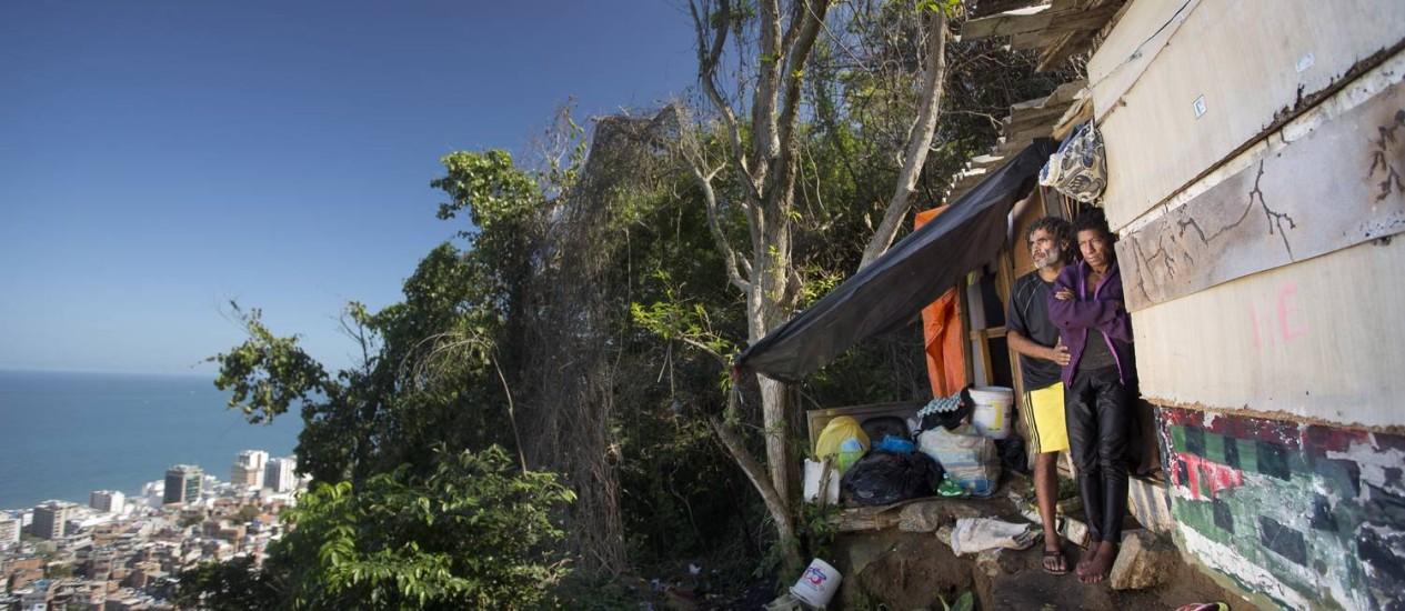 O casal de catadores Maria Eunice Guimarães e Washington de Freitas, no local conhecido como Caranguejo, no topo do Morro do Pavão-Pavãozinho, em Copacabana: acesso ao barraco tem 780 degraus Foto: Márcia Foletto / Agência O Globo