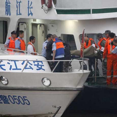 Equipe de resgate carrega corpo retirado de navio que afundou no rio Yangtzé, na província de Hubei, na China Foto: KIM KYUNG-HOON / REUTERS