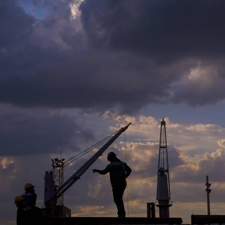 Trabalhadores da construção civil no Rio Foto: Dado Galdieri/28-5-15 / Bloomberg News