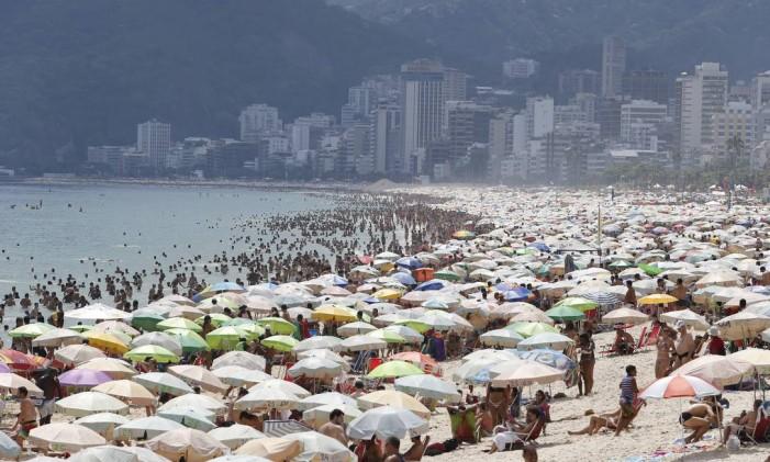 O mar e as areias de Ipanema são espaços disputados por banhistas Foto: Domingos Peixoto 01/01/2015 / Agência O Globo