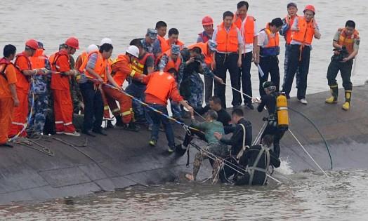 Um sobrevivente é resgatado do Dongfangzhixing (Estrela do Oriente), que naufragou no rio Yangtzé Foto: AFP