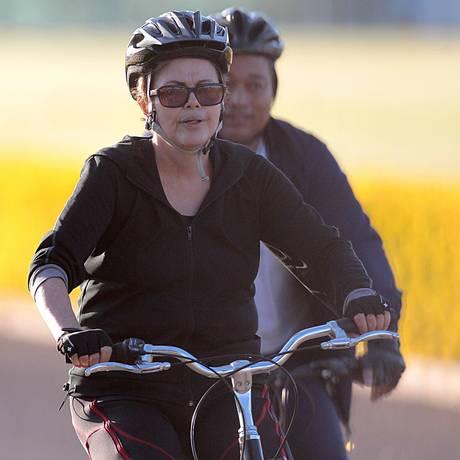 Dilma anda de bicicleta no Planalto Foto: Jorge William / Agência O Globo