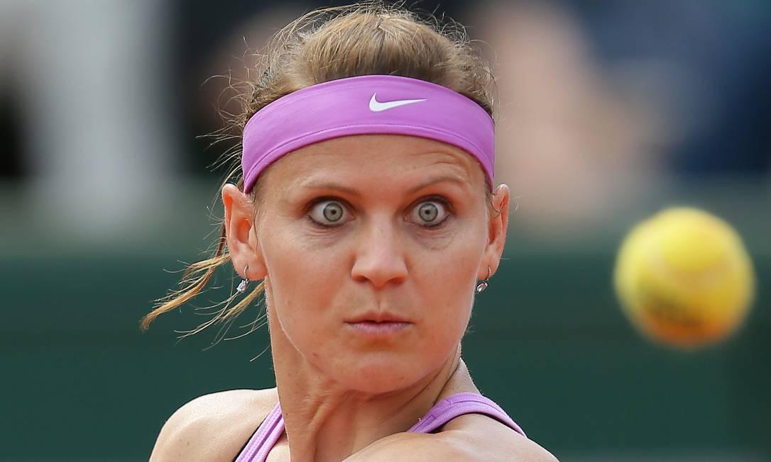 A checa Lucie Safarova com olhos fixos na bola durante partida contra a espanhola Garbine Muguruza David Vincent / AP