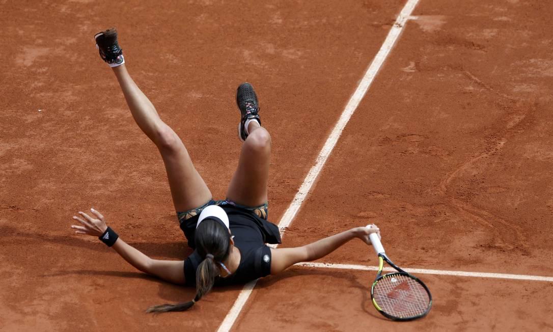 Apesar de alguns tombos, Ana Ivanovic venceu a ucraniana e avançou na competição, chegando a sua primeira semifinal em Paris PASCAL ROSSIGNOL / REUTERS