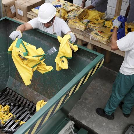 No Rio, operários destroem mais de 300 toneladas de mercadorias irregulares Foto: Marcos Tristão / Agência O Globo