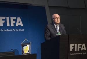 FIFA President Sepp Blatter speaks during a press conference at the headquarters of the world's football governing body in Zurich on June 2, 2015. Blatter resigned as president of FIFA as a mounting corruption scandal engulfed world football's governing body. The 79-year-old Swiss official, FIFA president for 17 years and only reelected days ago, said a special congress would be called to elect a successor. AFP PHOTO / VALERIANO DI DOMENICO Foto: VALERIANO DI DOMENICO / AFP