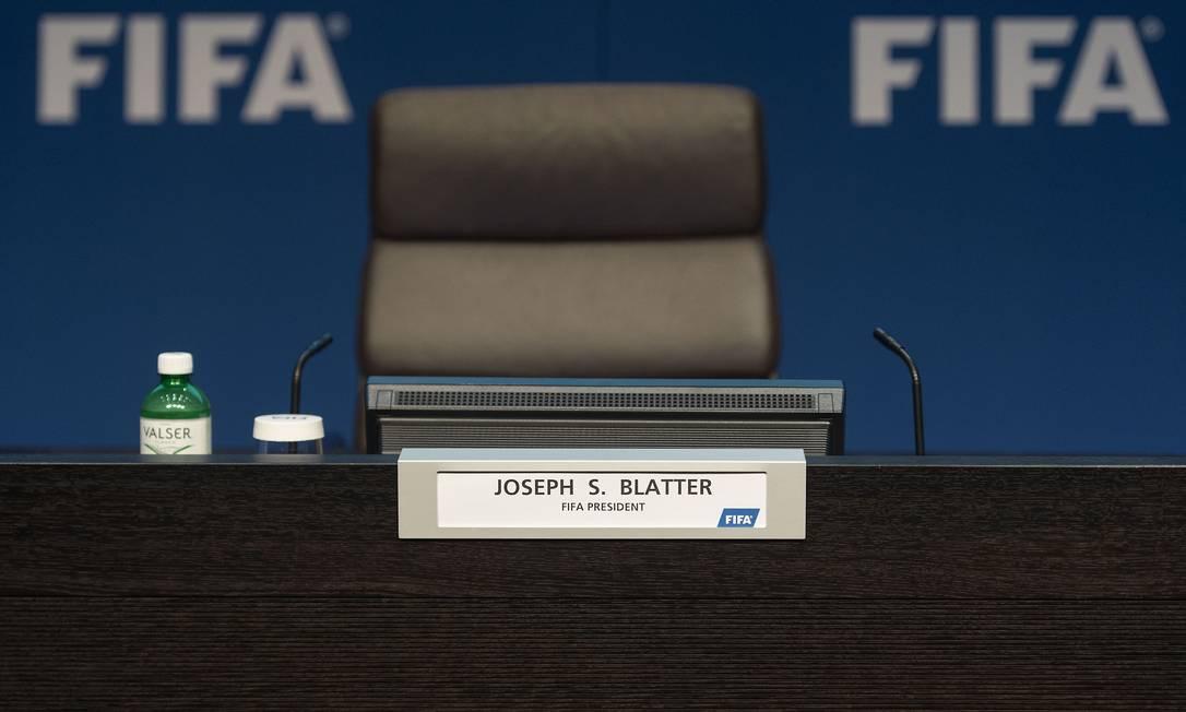 Ele vai convocar novas eleições para escolher seu sucessor. Blatter havia sido eleito na última sexta-feira para seu quinto mandato como presidente da Fifa VALERIANO DI DOMENICO / AFP