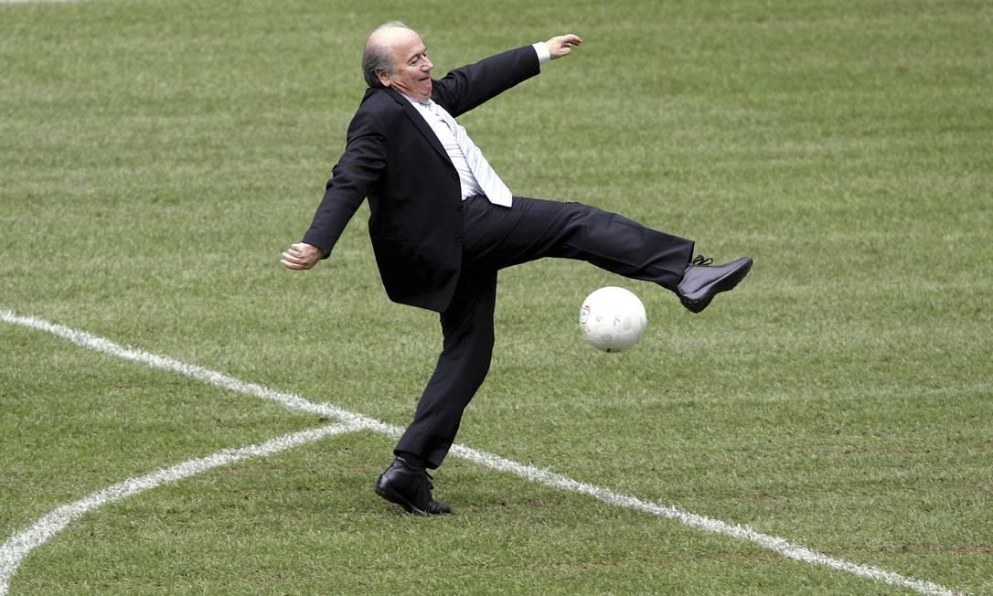 A trajetória de Blatter à frente da Fifa durou 17 anos, e foi repleta de polêmicas e imagens curiosas como esta, de 2005, em evento no Allianz Arena, em Munique, na Alemanha Diether Endlicher / AP