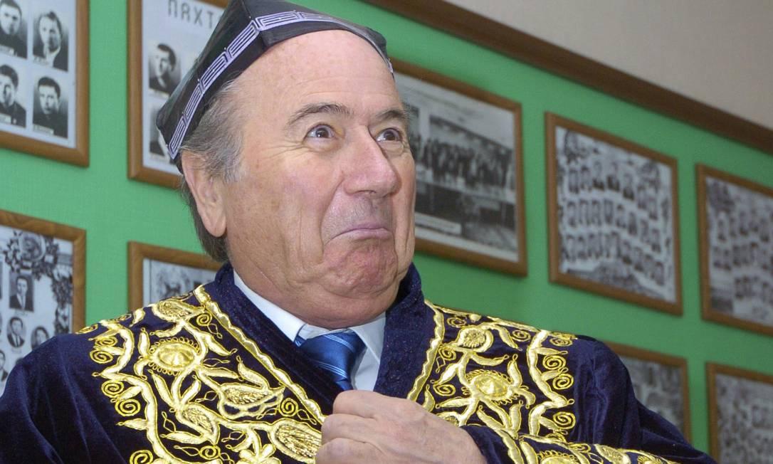 Em março de 2007, experimentando traje folclórico do Uzbequistão, em viagem pelos países asiáticos AP