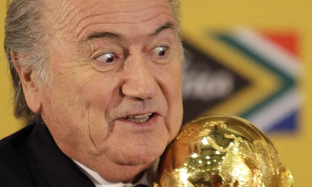 Em junho de 2010, abraçado ao mais cobiçado troféu do futebol mundial, na África do Sul Themba Hadebe / AP