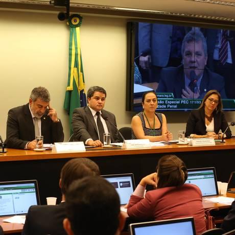 Comissão especial que analisa a proposta de redução da maioridade penal de 18 para 16 anos Foto: Ailton de Freitas / Agência O Globo