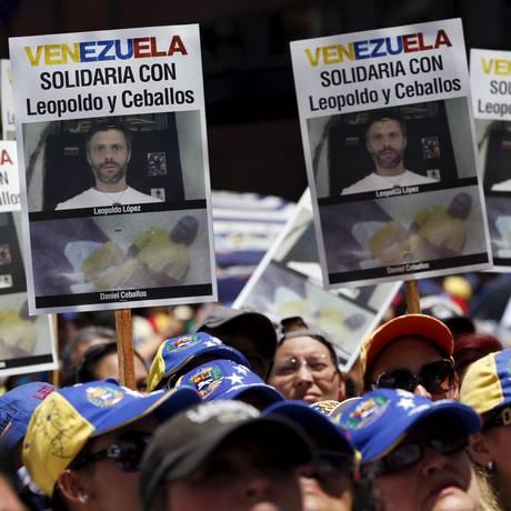 Manifestantes em protesto por lópez e Ceballos no último domingo Foto: CARLOS GARCIA RAWLINS / REUTERS