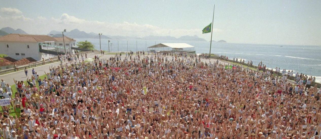 No forte. A multidão reunida para a foto, às vésperas do ano 2000 Foto: Leonardo Aversa/26.12.1999