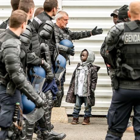 Policiais expulsam crianças de tendas Foto: PHILIPPE HUGUEN / AFP