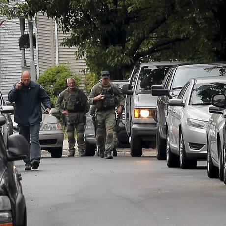 Forças de segurança vasculham casa de suspeito morto Foto: BRIAN SNYDER / REUTERS